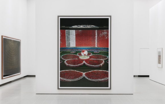 Installation view of the Andreas Gursky exhibition современное искусство картина